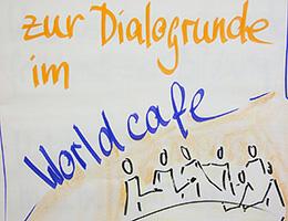 Kommunikation am runden Tisch in Kaffeehausatmosphäre