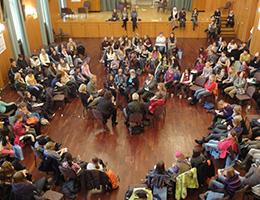 Großgruppenveranstaltung mit Mädchen die Fragen an Politikerinnen stellen