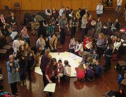 Open Space in dem Mädchen ihre Themen und Fragen an direkt an Politikerinnen richten