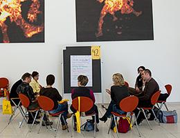 Dialog und Zusammenarbeit im open space in Berlin 2013 mit mehreren hundert Teilnehmenden