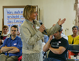Jutta Weimar begleitet eine Veranstaltung