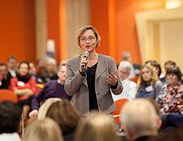 Jutta Weimar bei der Moderation eines großen OpenSpace in Berlin