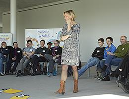 Jutta Weimar moderiert eine Großgruppenveranstaltung